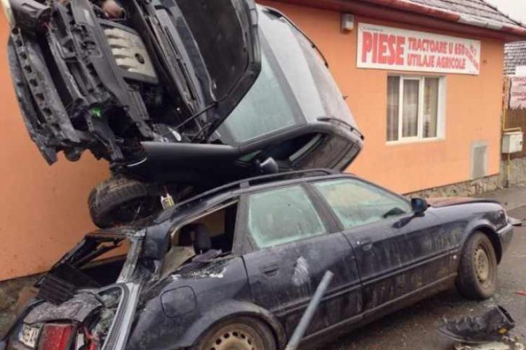 Accident BIZAR! Cum s-a înfipt mașina în FEREASTRA UNEI CASE din Târgu Mureș? - FOTO
