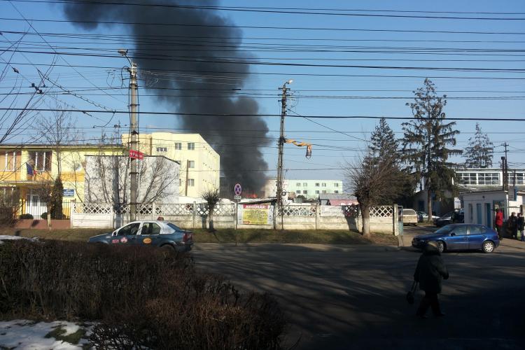 Incendiu în spatele Iulius Mall Cluj, la o magazie de lângă liceul creștin Pro Deo FOTO