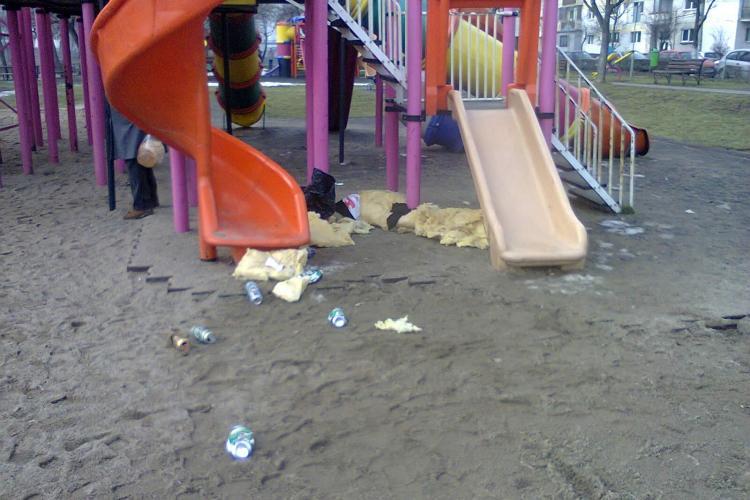 O clujeancă s-a dus cu copilul la locul de joacă și a găsit un boschetar în tobogan - FOTO