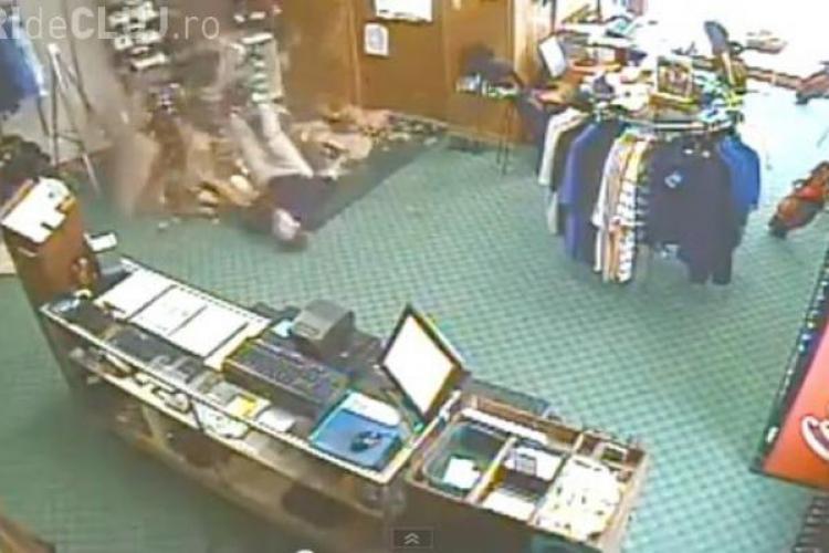 A căzut prin tavan la picioarele unor colegi! REACȚIA lor este incredibilă - VIDEO VIRAL