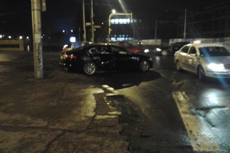 O șoferiță din Cluj a intrat cu Jaguarul în tramvai, în zona Garibaldi - FOTO