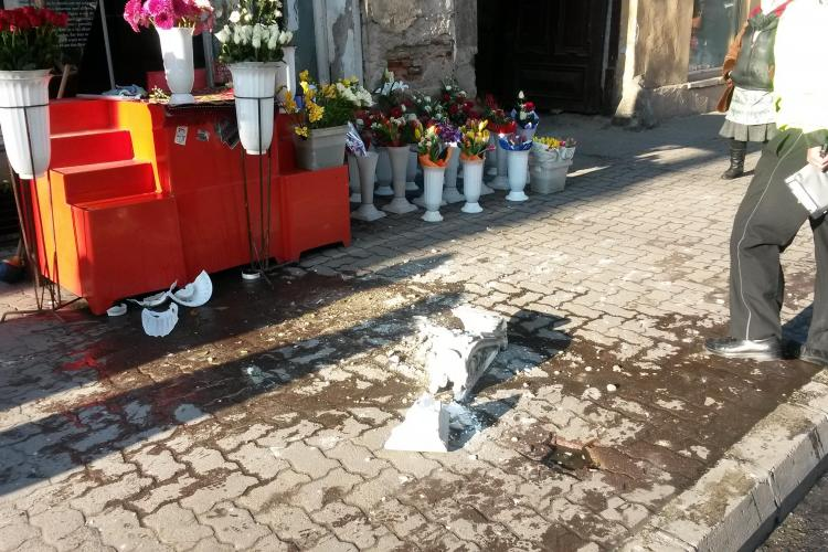O bucată de tencuială de 15 kg a căzut peste ghereta unei florărese, pe Memorandumului - VIDEO