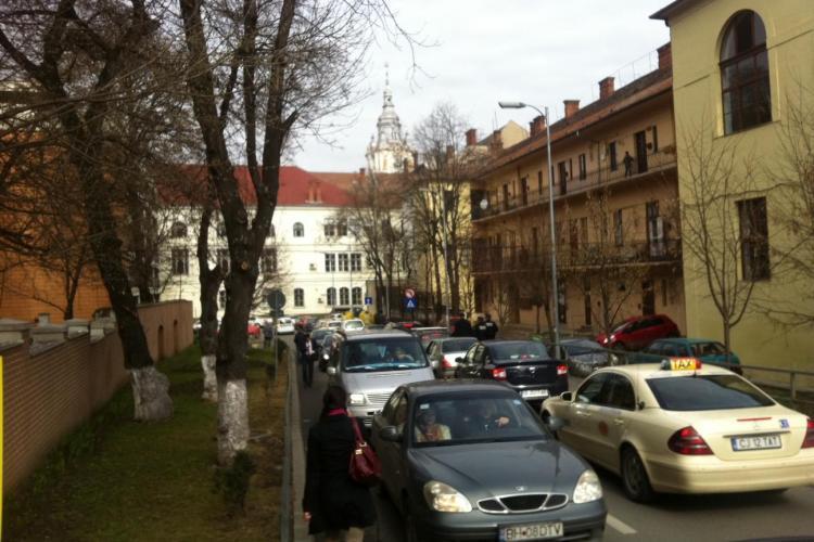 Parkingul din spatele Primăriei Cluj-Napoca este prost proiectat? Iarăși e HAOS - FOTO