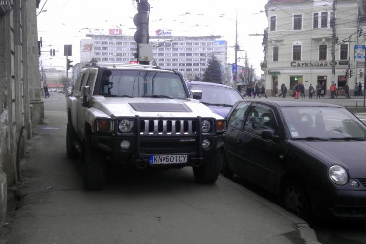 Hummer parcat pe trotuar la intrare pe strada Barițiu - FOTO