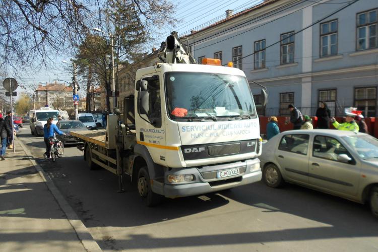Strada Argeș, blocată de cei de la RIDICĂRI auto pentru un BMW X5 parcat la bordură - FOTO