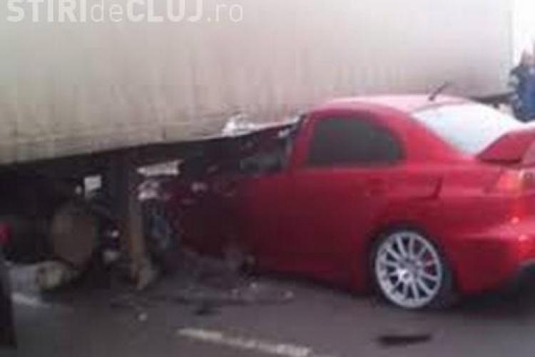 Accident la Jucu. Un autoturism a intrat sub un TIR