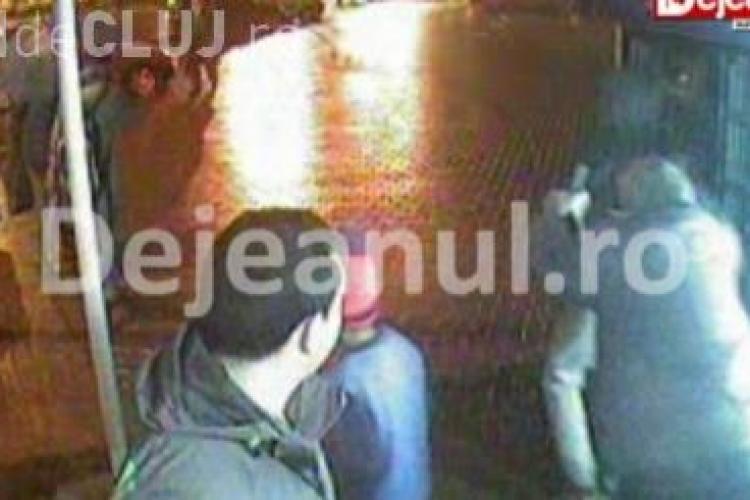 Cum a fost tâlhărit un bărbat în centrul Dejului - IMAGINI VIDEO de pe camerele de supraveghere