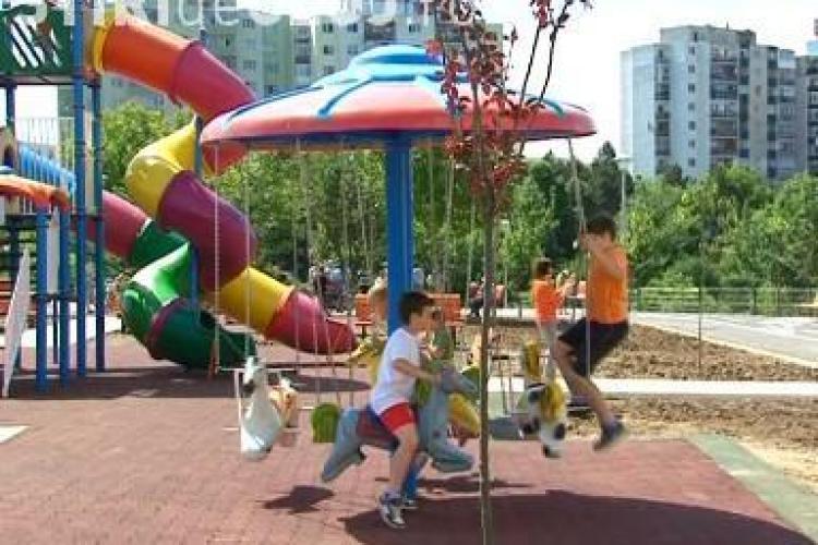 Toboganele din parcul de pe strada Mehedinți în stare deplorabilă. Primăria își asumă responsabilitatea