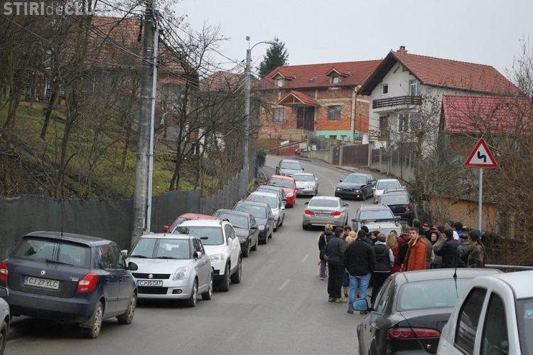 Protest AUTO pe strada Măceșului, unde se ridică 9 blocuri turn. Oamenii au umplut strada de mașini  - FOTO