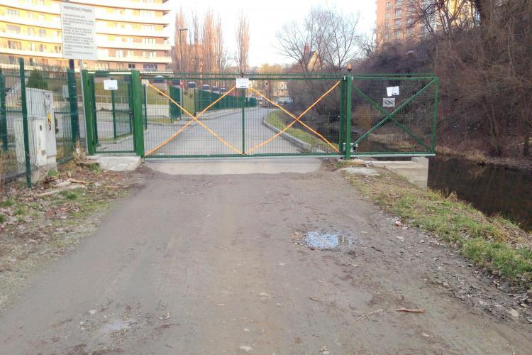 Central Park Residence refuză să le deschidă clujenilor poarta spre aleea din parcul Rozelor