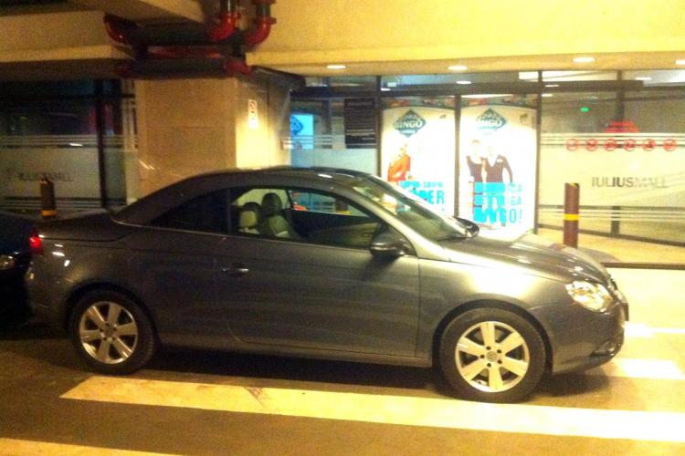 """Parcare de """"ziarist"""" la Iulius Mall Cluj! Direct pe trecerea de pietoni în dreptul ușii - FOTO"""