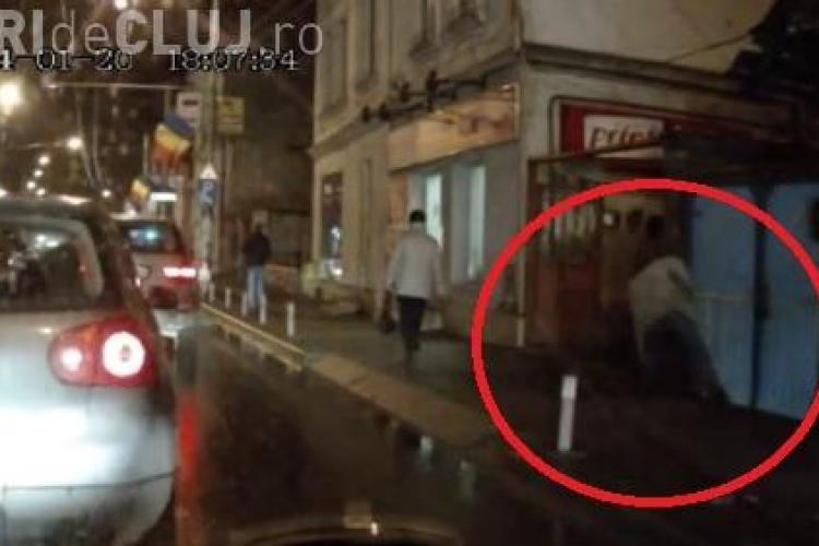 Un bețiv, la un pas să cadă în fața mașinilor în Piața Cipariu. A fost lăsat pe trotuar - VIDEO