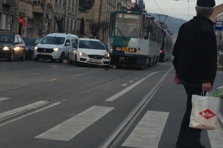 Accident pe strada Horea! Un taximetrist a intrat cu mașina în fața tramvaiului FOTO