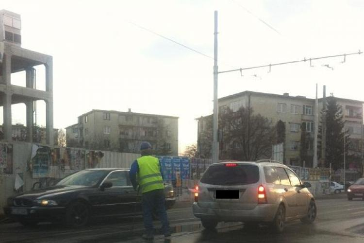 NESIMȚIRE fără margini la Cluj. Unui șofer îi este spălată mașina în trafic, pe linia de tramvai FOTO