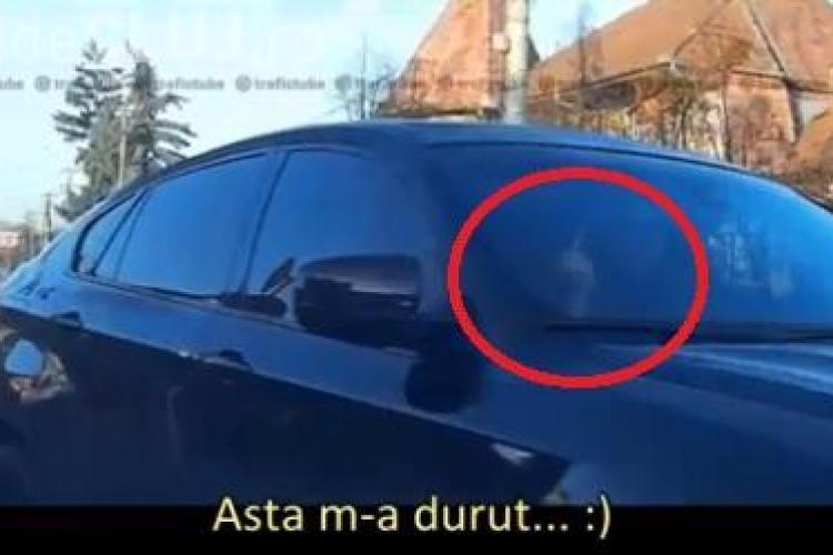 Scenă pe sensul unic de pe strada Tache Ionescu: Șoferul unui BMW i-a arătat degetul - VIDEO