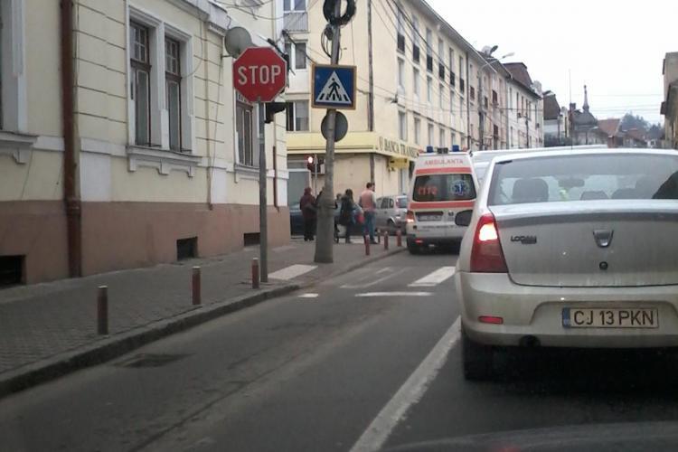 Accident în Piața Lucian Blaga colț cu Napoca. A intrat cu mașina în clădirea Băncii Transilvania - FOTO
