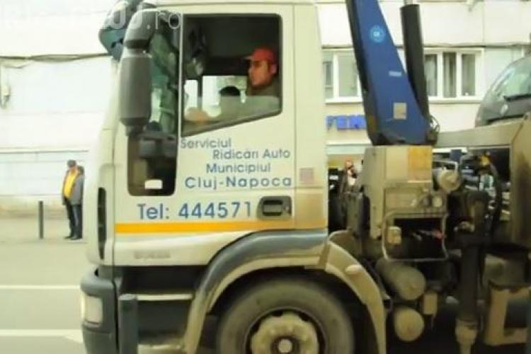 Au ridicat o mașină în centrul Clujului și au lăsat o stradă fără fibră optică - VIDEO