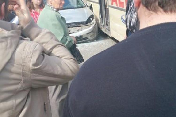 Accident în Turda! Un șofer a intrat în autobuzul care transporta elevi