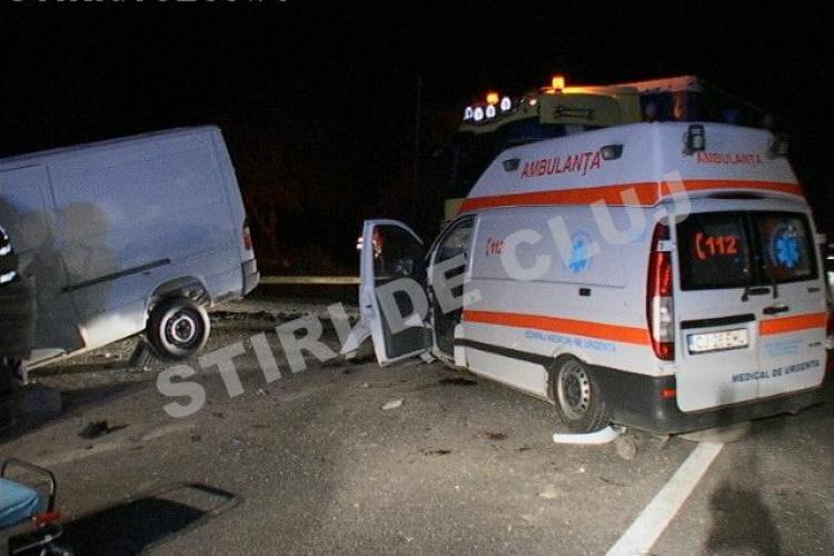Ambulanță din Cluj făcută PRAF de o autospecială! Asistenta este rănită GRAV