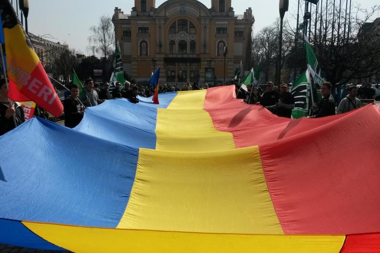 Imagine FABULOASĂ, la finalul marșului Noua Dreaptă! Un tricolor URIAȘ a fost despachetat - FOTO