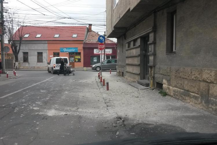 Tencuiala de pe o clădire a căzut pe strada Cloșca pe o mașină - FOTO