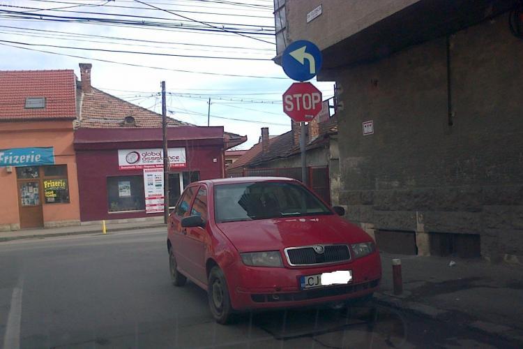 """Așa parchează zilnic pe o stradă, dupa ce intra pe sens interzis, sub """"nasul"""" Poliției Cluj - FOTO"""