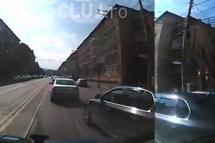 Șofer cu tupeu la Cluj-Napoca! Nu se asigură și apoi trece la șicane - VIDEO