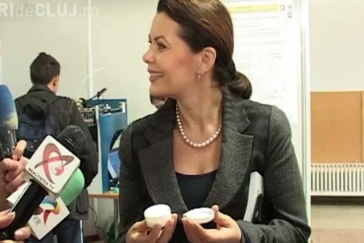 Ministrii Aurelia Cristea și Mihnea Costoiu au primit, la Cluj, cadou o cremă anti-îmbătrânire