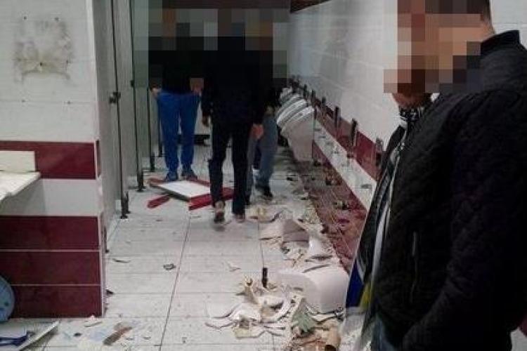 Suporterii U Cluj s-au fotografiat când spărgeau toaleta de la stadionul CFR Cluj - FOTO