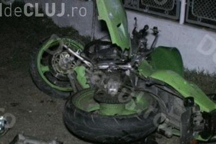 Un clujean a intrat cu motocicleta într-un stâlp din comuna Mica. Nu avea permis și nu purta cască VIDEO