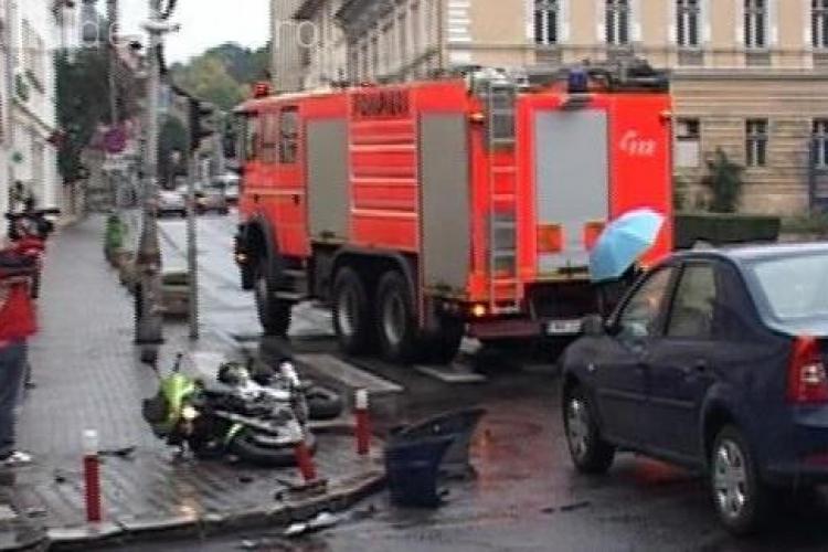 Un motociclist din Alba s-a făcut PRAF în centrul Clujului. A lovit o mașină în Piața Lucian Blaga