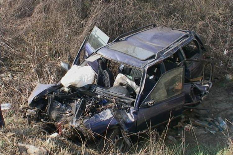 Accident la Iclod! O mașină a zburat într-o râpă. Un tânăr a murit și alți trei sunt răniți - FOTO