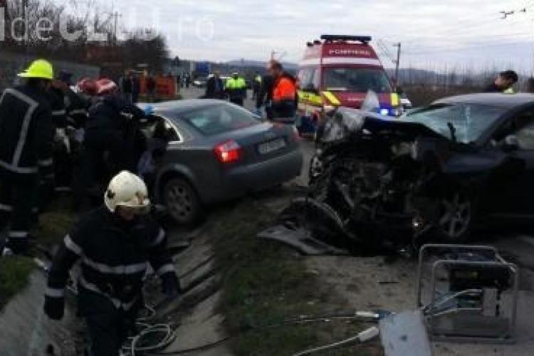 Accident în Dej! O fetiță de 2 luni a murit și 7 persoane sunt rănite. Două AUDI s-au făcut praf - VIDEO