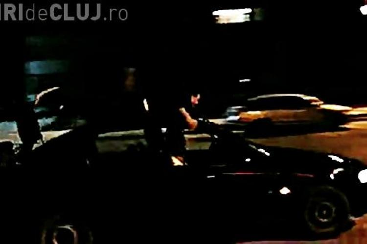FELICITĂRI Poliției din Turda! Șoferul filmat în timp ce ducea un pasager pe plafon a rămas fără PERMIS