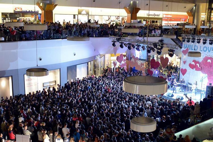 Record mondial de RUJAT la Cluj de 8 Martie. S-au rujat 1.384 de femei și câțiva bărbați simultan -VIDEO