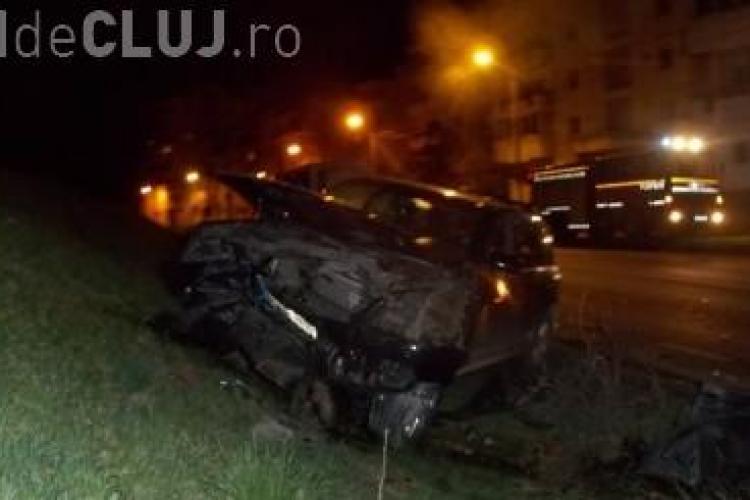 Accident între două automobile de lux la Dej. Un șofer a intrat cu mașina în dig FOTO