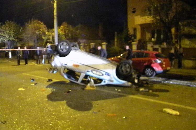 Accident cu două taximetre în Gheorgheni! Una dintre mașini a fost proiectată într-un gard