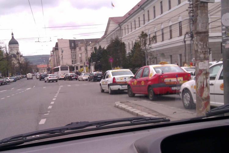 Taximetriștii din Piața Cipariu încurcă traficul, dar Poliția nu face nimic FOTO