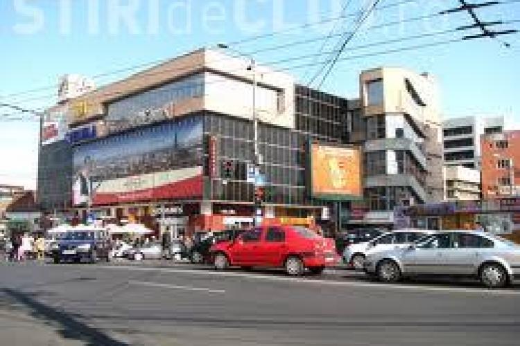 Accident rutier în hala din Piața Mihai Viteazu. O femeie a fost grav rănită