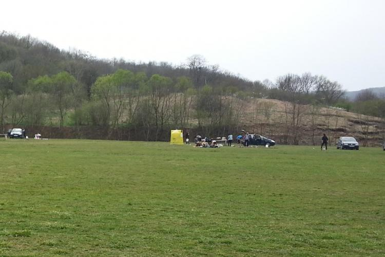 Respect ZERO! Parcarea pe Valea Gârbăului e goală, iar clujenii au intrat cu mașinile pe gazon - FOTO