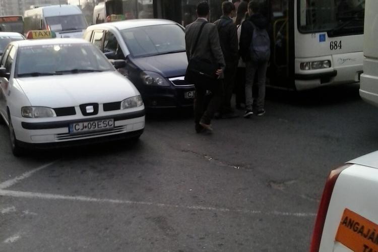 Așa arată stația de autobuz din Mărăști: Cum ar urca în autobuz o persoană în scaun cu rotile - FOTO