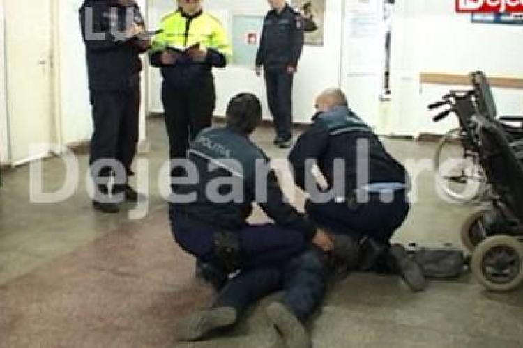 Bătaie în sediul Poliției Dej. Agresorul a fost imobilizat de polițiști – VIDEO