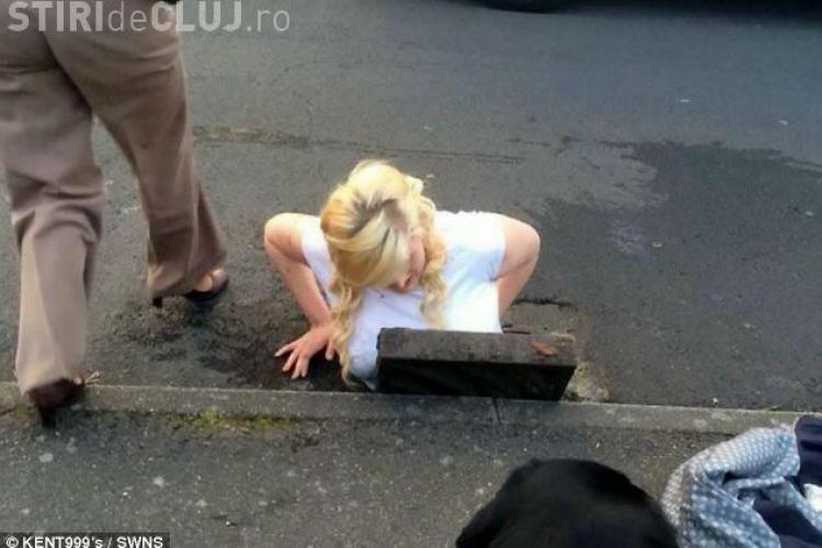 O tânără și-a scăpat iPhone-ul în canalizare. A intrat după el şi a rămas blocată - FOTO