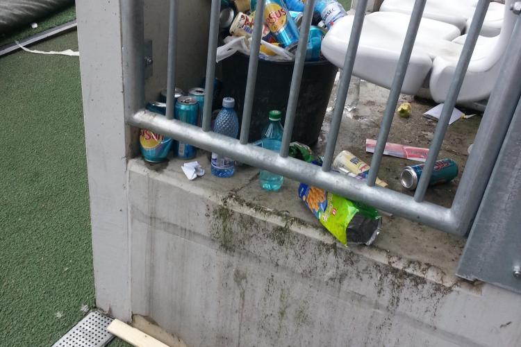 După Maratonul Internațional au rămas numai gunoaie pe stadion - FOTO