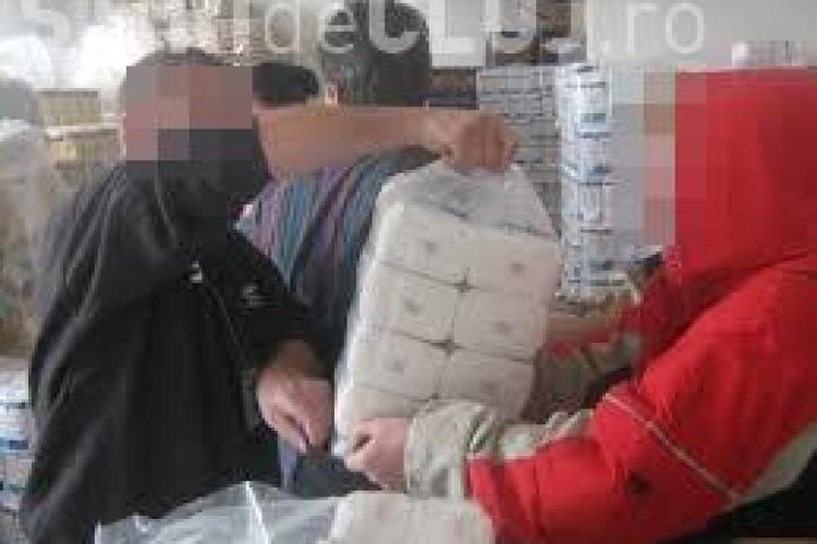 Cum înșeală romii din Turda cetățenii naivi. Se prefac că vând alimentele de la ajutoare