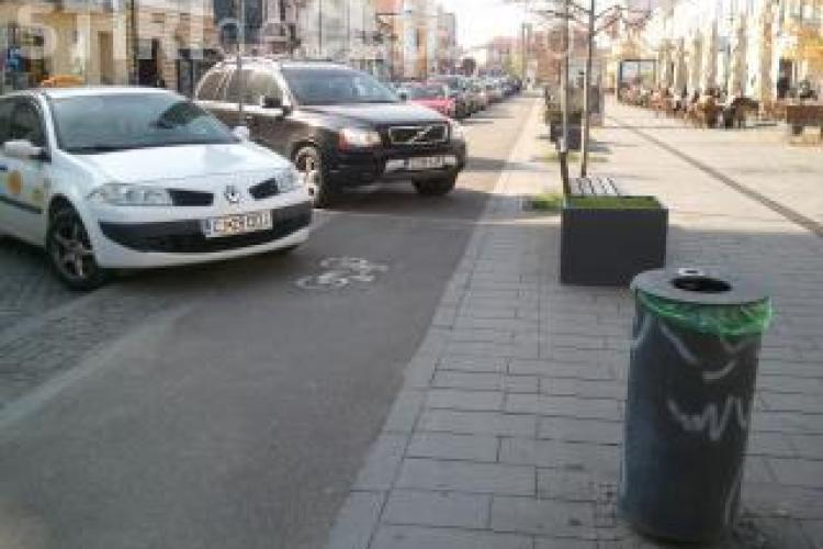 Campanie de atenționare a șoferilor care parchează pe pista de biciclete. Bicicliștii le lipesc autocolante pe parbriz