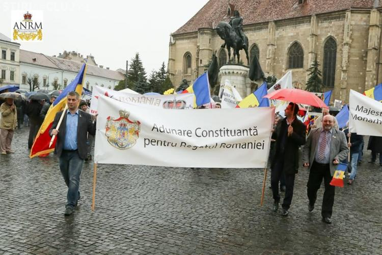 Iubitorii Monarhiei au mărșăluit prin Cluj-Napoca - FOTO