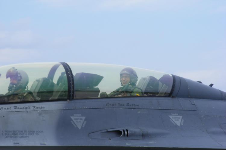 Imagini cu premierul Ponta în avionul F-16 de la Câmpia Turzii. Avionul a fost pilotat de maiorul Yogi Brown - FOTO