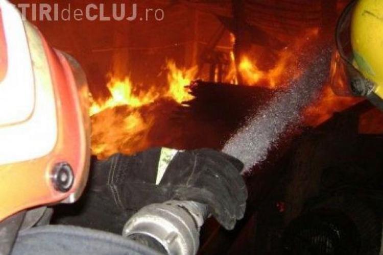 Incendiu puternic la Dej. A ars un atelier de tâmplărie improvizat - VIDEO