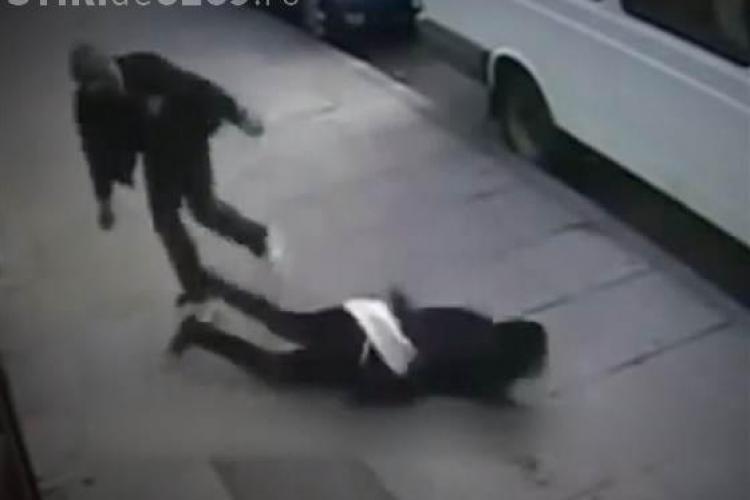 """Jocul """"lovește și fugi"""" - knockout, din SUA, presupune ca victima să fie doborâtă dintr-un singur pumn - VIDEO"""